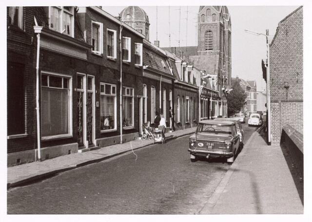 017078 - Capucijnenstraat bezien in de richting van het Lieve Vrouweplein, met links de parochiekerk