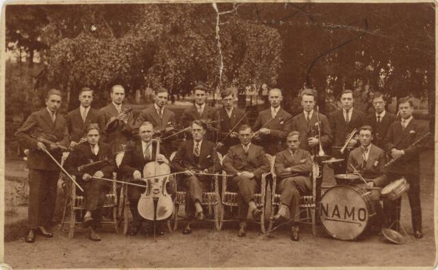 101860 - Muziek. Symphonieorkest NAMO. Staand v.l.n.r. N. Nieuwenhuyzen, .. de Jong, Adam van den Bosch, van Tilburg (café Krasnapolsky), Theo Biemans, Willem de Hoog, ... Speekenbrink, .. Verhulst (hoofdonderwijzer), Gebr. De Hoog (tweeling), Piet Sips. Zittend v.l.n.r. Toon van den Bosch, ... Heer ... Mignon, .. Jans (onderwijzer), .. Timmermans (onderwijzer), Hendrik de Jong.