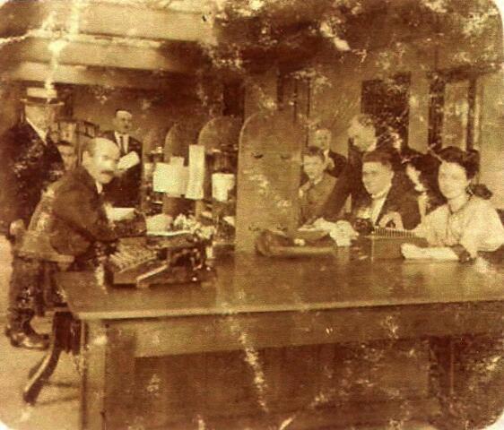 600268 - Kantoor van wollenstoffenfabriek Eras & Zn. aan de Goirkestraat. Tweede van rechts Adrianus Eras (1896-1980)