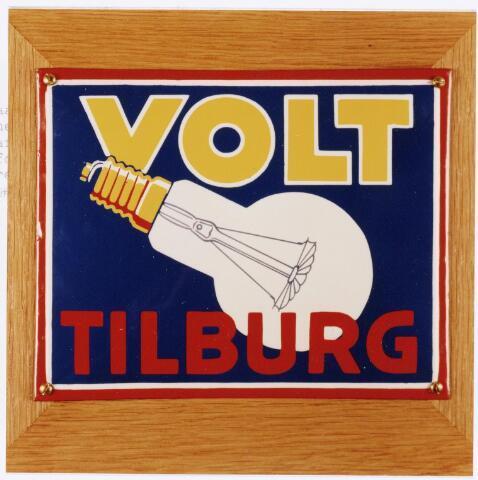 039073 - Volt. Zuid. Productie, fabricage van lampen van 1909 t/m 1927. Hier een  geëmailleerd reclamebord vermoedelijk uit 1921.  Toen had men het patent gekocht voor getrokken draad en kon men spiraalvormige gloei elementen maken. In 1926 werd de productie van lampen afgebouwd en ging men over op de productie van radio-onderdelen. Toch werden, vanwege de goede naam, nog lang daarna onder de naam Volt lampen verkocht. Aanvankelijk via een verkoopkantoor aan de O.Z.Voorburgwal te Amsterdam en later een in den Haag aan de Bezuidenhoutseweg 161. Hier werd nog in 1971 een nieuwe directeur benoemd. Die vestiging werd opgeheven per 15 maart 1977. Deze info is terug te vinden in archieftoegang 474, doos 156 in map 3 in de bladen 14 en 17. Deze reclame siert ook de kaft van het boekje; Tussen gloeilamp en hoogspanningstrafo, geschreven door Jan Trommelen en Jan van Iersel. De straatnaam Voltstraat was toen Nieuwe Goirleseweg.