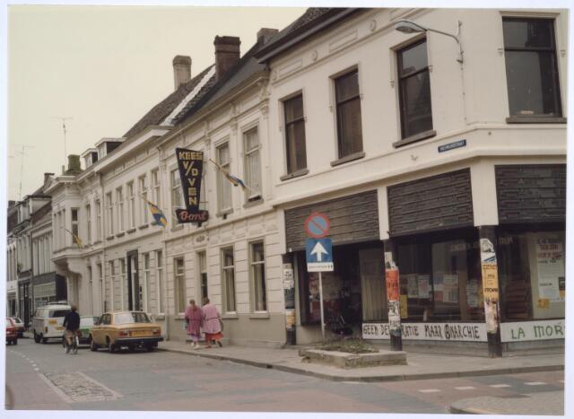 026902 - Panden aan de Nieuwlandstraat, eigendom van de fabrikantenfamilie Brouwers. Links, met uitbouw, gebouwd vóór 1850, en rechts daarvan een in de 19e eeuw in eclectische stijl gebouwde woning. Het pand waarin bonthandel Kees van de Ven in gevestigd is, stamt van  vóór 1850 en is gebouwd in neo-classicistische trant met deel van zogenaamd fabriekshuis. Het hoekpand , op de hoek met de Korte Schijfstraat, dateert van omstreeks 1860