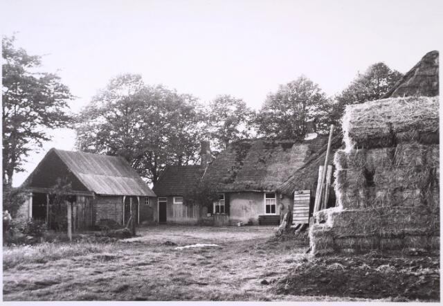 024810 - Erf van een boerderij aan de Kraaivenstraat in 1962