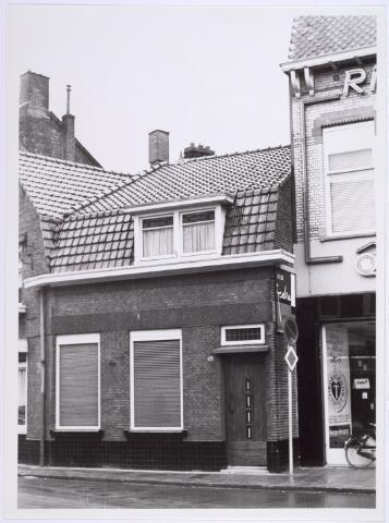 014243 - Pand St.-Annaplein 14 -15, vlakbij het Onze Lieve Vrouweplein. Rechts een gedeelte van de voorgevel van woninginrichting Koppelmans