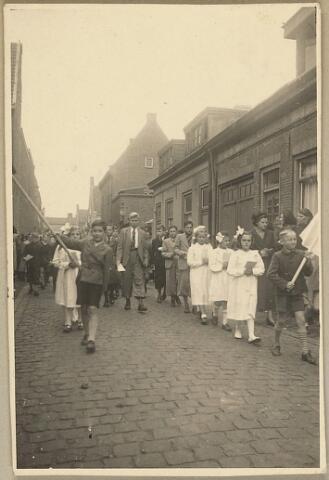 604077 - Koningswei, Tilburg. Een processie door de wijk.