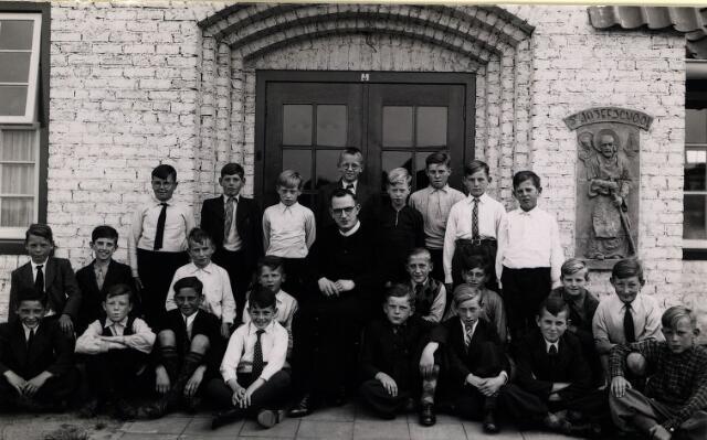 055039 - Frater Adolf Laurijssen met zijn leerlingen voor de r.k. lagere jongensschool St. Joseph te Oisterwijk.