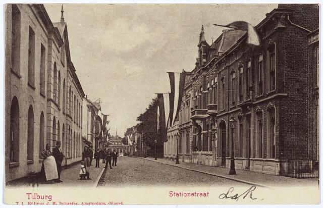 002582 - Het begin van de Stationsstraat richting station. Links het pand M1077, de wollenstoffenfabriek van de firma  Pol (Polycarpus) Lombarts. Deze fabriek werd rond 1860 gebouw door de weduwe Pollet. De fabriek brandde af in 1902 en werd daarna gesloopt om plaats te maken voor de panden Stationsstraat 41 t/m 51. (o.a. het kantoor van de Geldersche Credietvereeniging)  Rechts v.l.n.r. de panden Stationsstraat M 1106 t/m M 1109, vanaf 1910 nr. 28 t/m 36. Op nr. 28 sociëteit de Nieuwe Koninklijke Harmonie, vervolgens het huis van de familie Van Dooren-Paijmans, dan op nr. 32 de woning van de weduwe van de J.N. de Charro, 'kassierster' Helena Emma Maria Bellini, geboren te Rotterdam op 11 december 1849. In 1923 verhuisde zij met haar kinderen naar de Nieuwlandstraat. De volgende bewoner was schoenfabrikant Andreas J.M. van Arendonk, getrouwd met Maria R.J. Knegtel. Tijdens de oorlog werd het pand in gebruik genomen door het Duitse leger. Daarna door de geallieeerden. De volgende bewoners waren de zusters van de H. Juliana van Falconeri (in de volksmond de Juliaantjes). Zij kwamen in 1937 naar Tilburg en vestigden zich daar eerst aan de Bisschop Zwijsenstraat nr. 66. In hun klooster aan de Stationsstraat nr. 32 vierden zij in 1962 in aanwezigheid van mgr. Bekkers het 25-jarig bestaan van het Tilburgse succerssaalhuis, De zusters waren vooral actief op het gebied van de gezinszorg. Op nummer 32 was ook het kantoor van de 'firma Kerstens & De Charro, kassiersbedrijf en commissionairschap in effecten' gevestigd. Dit kantoor werd in 1922 verplaatst naar de Nieuwlandstraat. Daarna wordt deze kantoorruimte als Stationsstraat nr. 34 in gebruik genomen door mr. Eras. Tenslotte nr. 36. Hier woonde bankier Wilhelmus Jos. C. Brouwers, geboren te Tilburg op 28 februari 1878 en in 1928 verhuisd naar Breda. De volgende bewoner was wollenstoffenfabrikant Nicolaas Jos. M. Aelen, geboren te Tilburg op 29 december 1885 en getrouwd met Elisabeth Cornelia Maria Claassens.