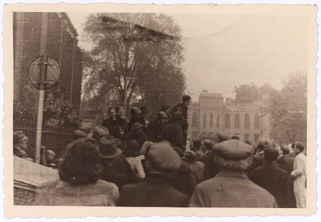 013314 - Tweede Wereldoorlog. Bevrijding. Half Tilburg lijkt uitgelopen om de bevrijders op de Markt te verwelkomen