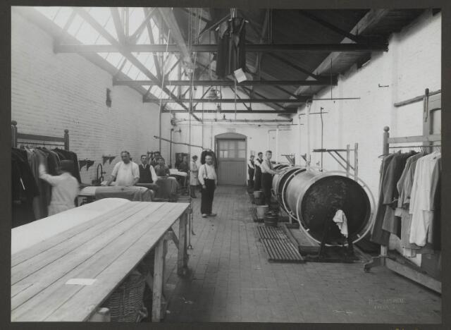"""071855 - De afdeling """"opstomen"""" en het personeel van stoomververij en chemische wasserij De Regenboog aan de Bredaseweg. De foto komt uit een album dat werd gemaakt en aangeboden naar aanleiding van het 40 jarig jubileum van textielfabriek De Regenboog op 2 december 1930."""