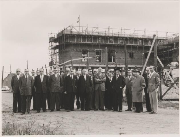 081170 - Vlag in top bij de bouw van het nieuwe gemeentehuis.