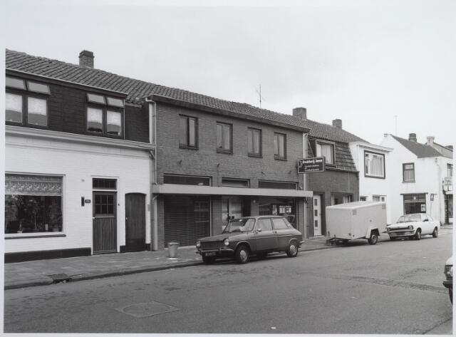 026586 - Drukkerij Jama aan de Molenstraat medio 1982. Tussen de witte huizen rechts de Kruisstraat