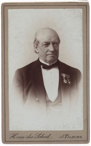 003997 - Jan (Johannes Hendricus Arnoldus) DIEPEN werd geboren in Tilburg op 11 juni 1815 als oudste van de zeven kinderen  van Johannes Nicolaas (Nol) Diepen (1793-1865) en Maria Magdalena Adriana van der Voort (1796-1875). Hij was aanvankelijk werkzaam in de Bossche lakenfabriek van zijn vader. Sinds 1845 was hij samen met zijn vader en zijn broer Louis firmant van de firma J.N. Diepen & Co. in Tilburg. In 1865 stierf zijn vader en vijf jaar later Louis. Als enig overgebleven firmant wilde Jan in 1870 zijn zoons Armand (later bekend geworden als sociaal-economisch publicist) en Gustave in het bedrijf opnemen. De weduwe van Louis maakte daartegen bezwaar, waarschijnlijk omdat de spoeling daardoor dunner zou worden. Daarom richtte hij een nieuwe firma op onder de naam Gebroeders Diepen en liet aan de Korvelseweg een nieuwe fabriek bouwen. De oude firma J.N. Diepen & Co werd geliquideerd en de fabrieksgebouwen in 1872 verkocht aan de firma Van Dooren en Dams. Jan Diepen was een belangrijk persoon in het economische en maatschappelijke leven van Tilburg. Zo heeft hij zich als wethouder (1852-1892), schoolopziener (1858-1880), lid van Provinciale Staten (1862-1886), kantonrechter-plaatsvervanger (1847-1892) en lid en secretaris van het kerkbestuur van Korvel (1851-1896) verdienstelijk gemaakt. Tweemaal (1878 en 1880) deed hij een vergeefse poging om in de Tweede Kamer te komen. Ook in de Kamer van Koophandel speelde hij vanaf de oprichting in 1842 tot 1890 een vooraanstaande rol. Hij was achtereenvolgens secretaris (1842-1852), ondervoorzitter (1852-1867) en voorzitter (1867-1890). Als lid van de commissie van de Kamer die de regering moest adviseren over herziening van de tariefregeling van 1845 toonde Diepen zich een vurig protectionist en voorstander van afschaffing van alle handelsverdragen. De oude Jan Diepen — onder deze naam leefde hij in 1908 nog in de herinnering van zijn stadgenoten - overleed op 20 juni 1897. Hij was ridder in de Orde van de Nederlandse Leeu
