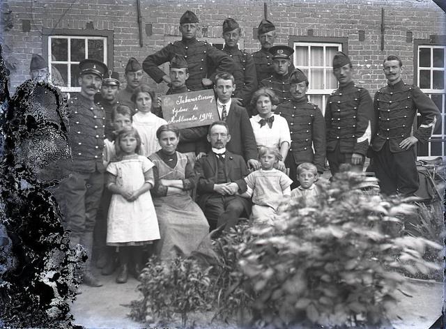 651589 - Een gezin poserend te midden van soldaten. Inkwartiering tijdens de  mobilisatie van 1914. De Bont. 1914-1945.