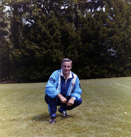 1237_009_659-3_005 - Sport. Voetbal. Willem II. VZS sponsor. Selectie van 1989. Portret van voetbaltrainer Piet de Visser. Hij was van 1985 tot en met 1991 actief bij Willem II.
