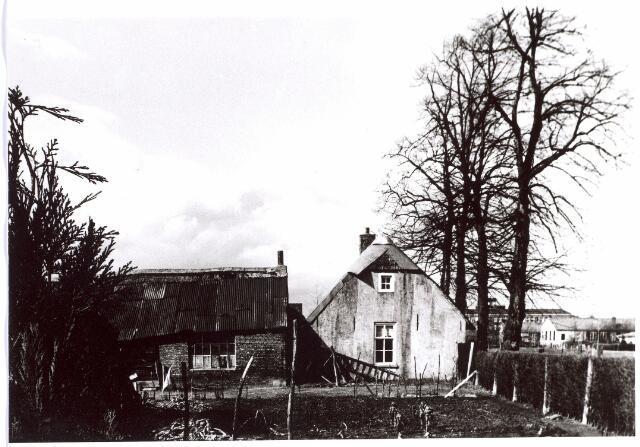 015707 - Zijgevel en schuurtje van het pand Bokhamerstraat 13. Op de achtergrond is nog juist het Paulus-lyceum zichtbaar. Rechts maycretewoningen