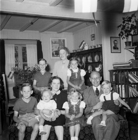 050383 - Fam. van de Pas-Spierings met hun kinderen in hun woning aan de Guido Gezellestraat.