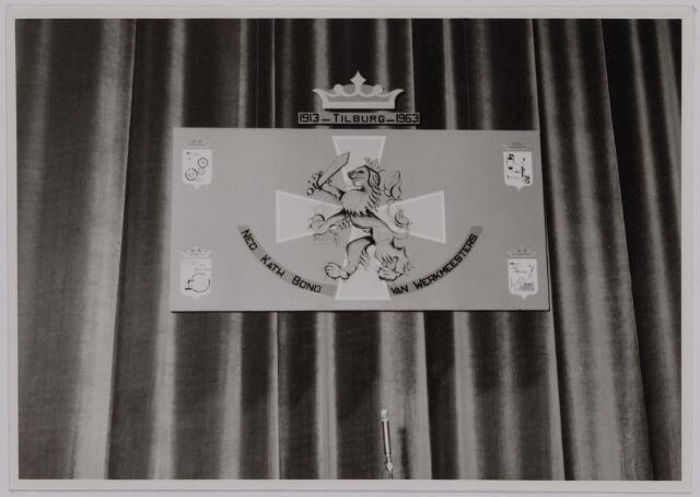 041158 - Vakbeweging. Op 31 augustus 1963 vierde de R.K. Bond Werkmeesters afd. Tilburg het 50-jarig bestaan. 1e een Solemnele H. Mis in de parochiekerk st. Jozef. 2e een feestelijk ontbijt in het parochiehuis aan de Veemarktstraat. 3e herdenkingsbijeenkomst in het Chicago-Theater. 4e Officiële receptie in de zalen van café-restaurant Th. van Broekhoven (Smidspad 42) 5e Feestavonden op 7 t/m 9 september 1963 met uitvoering Operette 'Rumoer in Weinbach' in de Stadsschouwburg met een afsluitend diner.