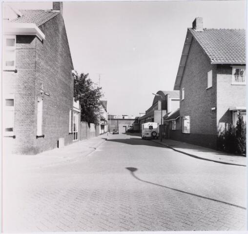 028445 - Einde van de straat rechts Het textielfabriek van A. & N. Mutsaerts aan de Pironstraat 1, ontworpen door architect F.C. de Beer; Op de voorgrond de panden nummers 29-30 en geheel rechts het pand Philips Vingboonsstraat 79