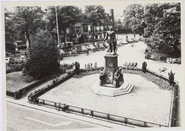 021445 - Het standbeeld van Willem II in 1957, gefotografeerd vanuit Hotel Riche