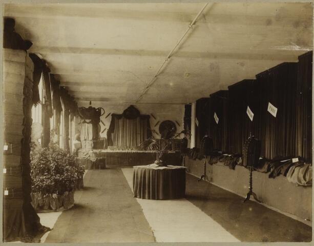 068516 - Tentoonstelling van stoffen van een Tilburgse fabrikant, waarschijnlijk Van Dooren & Dams