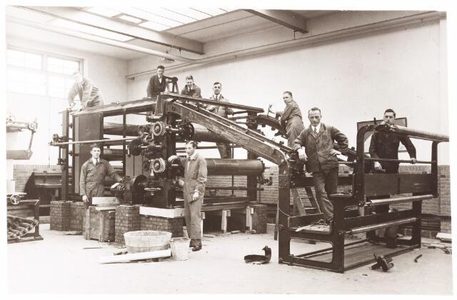 052189 - Onderwijs. Textielschool. Dagcursus 1932/1933. Cursus appreteren en verven. H. de Beer, Raaijmakers, Verouden, F. Vinks, Ch. Frost. W. van de Willigen en J. Diepen, monteur: P. Broeckx.