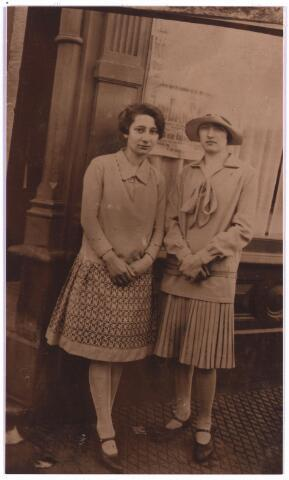 003875 - Links: Johanna Judoca Maria (Jo) BURMANJE (Tilburg, 10 november 1904 - Tilburg, 14 januari 1991), dochter van Petrus Adrianus (Jos) BURMANJE (1871-1932) en Anna Huberta Princen (1870-1941). De rechtse figuur is onbekend.