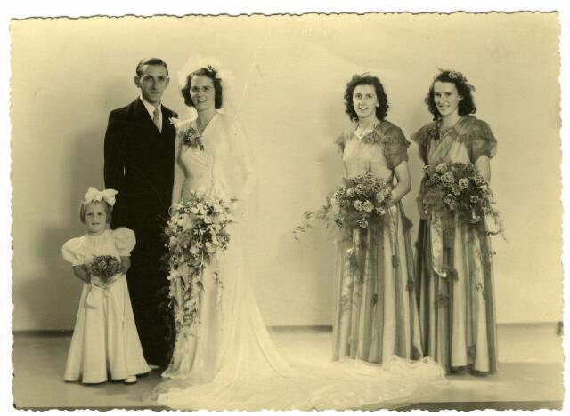 082871 - Huwelijk van Antonius Cornelis Maria (Ton) Wagemakers, geboren te Tilburg op 26 juli 1922 en overleden op 10 april 1991, met Annie Claassen. Zijn ouders waren Alphonsus Fr.C. Wagemakers, bloemist aan de Piusstraat in Tilburg, en Petronella J.Th. Favier.