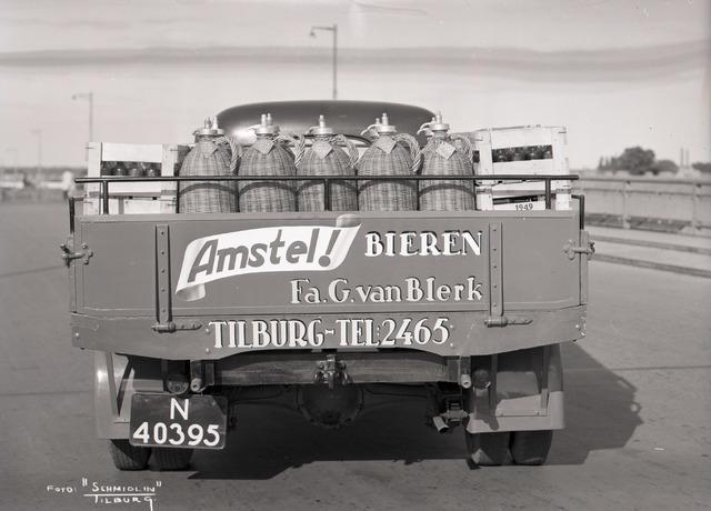 654845 - Reclame (Amstel Bieren) op een vrachtwagen (Chevrolet International KS3) van de firma Van Blerk.Op de vrachtwagen bierkratten en bier verpakt in (fusten / flessen?) in manden.