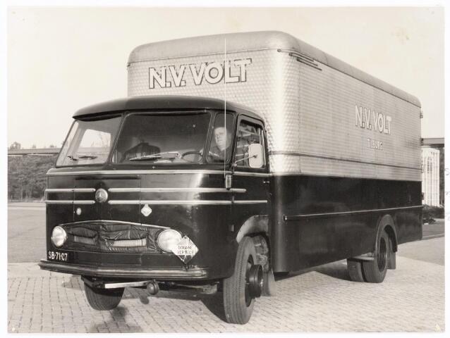 039249 - Volt. Zuid. Hulpafdelingen. Vervoer, Expeditie, Logistiek. De nieuwe Mercedes vrachtwagen in december 1957 gekocht. De technische gegevens van deze wagen zijn: Een Mercedes dieselmotor van 90 PK, cabine gebouwd door de Fa. Remmers uit Tilburg, carrosserie gebouwd door de Fa. Dekkers uit Leiden, lengte 8.65 m., breedte 2.35m., hoogte 3.55m., vijf versnellingen vooruit, een versnelling achteruit, maximum snelheid 72 km/h. en een laadvermogen van 5 ton.