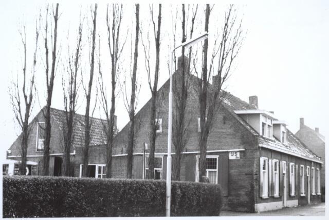 026721 - Zijgevel van de boerderij Stokhasseltkerkstraat 21 begin 1965 dat moest verdwijnen in het kader van het uitbreidingsplan Tilburg-Noord. Tegenwoordig is dit de Mozartlaan. Ten tijde van deze foto woonde er de familie Bastiaanse. De man des huizes reed een toer met een groentekar, die nog juist zichtbaar is