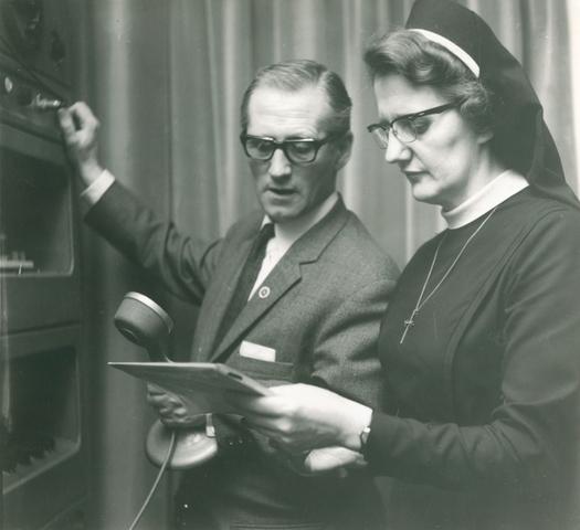 654220 - Elisabethziekenhuis. Gezondheidszorg. Radio Elisabeth met oprichter Jan Jaspers en omroepster zuster Lidwina.Zij verzorgden jarenlang diverse programma's via de draadomroep