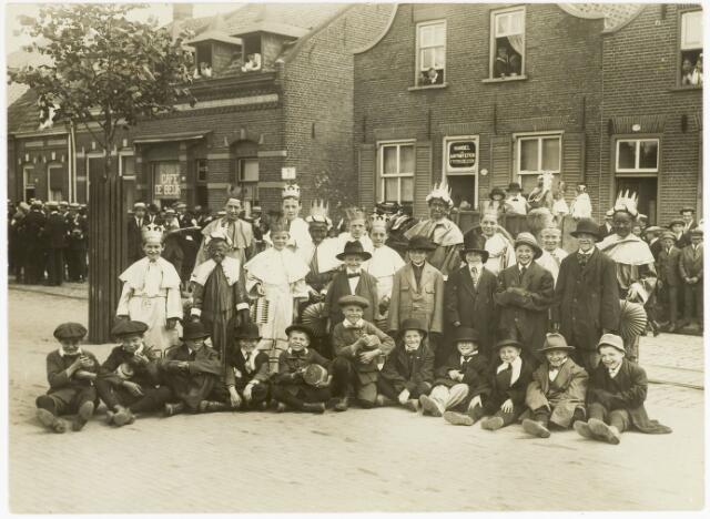067503 - Jongens met rommelpotten.Grote groep Driekoningen;Folkloristische optocht gehouden ter ere van het 25 jarig bestaansfeest van het St. Dionisiusgilde, op 29-06-1920.