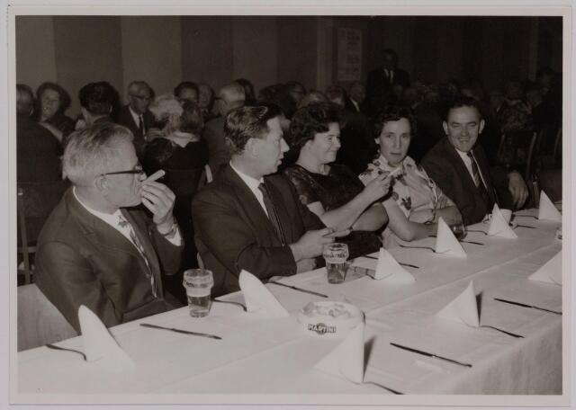 041163 - Vakbeweging. Op 31 augustus 1963 vierde de R.K. Bond Werkmeesters afd. Tilburg het 50-jarig bestaan. 1e een Solemnele H. Mis in de parochiekerk st. Jozef. 2e een feestelijk ontbijt in het parochiehuis aan de Veemarktstraat. 3e herdenkingsbijeenkomst in het Chicago-Theater. 4e Officiële receptie in de zalen van café-restaurant Th. van Broekhoven (Smidspad 42) 5e Feestavonden op 7 t/m 9 september 1963 met uitvoering Operette 'Rumoer in Weinbach' in de Stadsschouwburg met een afsluitend diner. foto: bestuur kring Goirle.