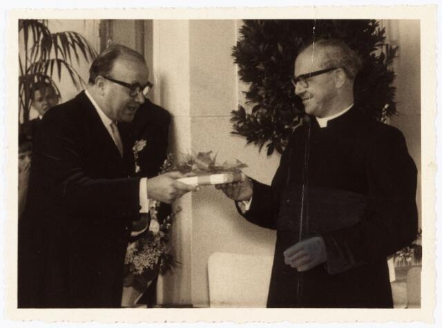 010050 - Receptie b.g.v. het zilveren priesterfeest van pastoor Manders parochie HH. Petrus en Paulus.