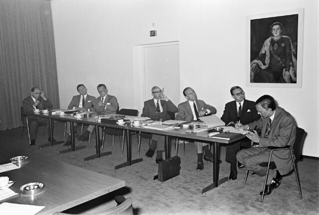 """050816 - Foto gemaakt in een van de vergaderzalen van Bureau van Spaendonck, later Corpachuis, thans geheten Wissenraet van Spaendonck, aan het Reitseplein. De Kamer van Koophandel heeft ook enige tijd """"ingewoond"""" bij Bureau van Spaendonck, dat in de Willem II straat begonnen is. Derde en vierde van rechts Toon van Gerwen en zijn broer Jan. Jan Swinkels, tweede van rechts, was de secretaris van het Bureau, tevens wethouder in Berkel-Enschot. De aanleiding voor de vergadering is niet bekend. Mogelijk:  overdracht voorzittershamer.."""