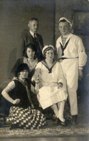 600992 - Links onder Cornelia Maria Lombarts geboren te Baardwijk op 4 augustus 1901, dienstbode bij kolenhandelaar Van Brunschot aan de Spoorlaan. De andere personen zijn onbekend.