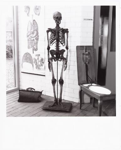 007958 - Geraamte van de Tilburger Piet Stamps, gefotografeerd in de tuin van arts Bloemen aan de Gasthuisstraat. De schedel zou niet van Piet zijn. Momenteel bevindt dit geraamte zich in museum de Doornboom te Hilvarenbeek. (reproductie; origineel niet in collectie aanwezig)