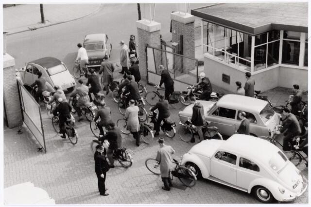 039303 - Volt. Zuid. Hulpafdelingen, Portiers, Bewakingsloge Volt Zuid met uitgang aan de Groenstraat in 1965.