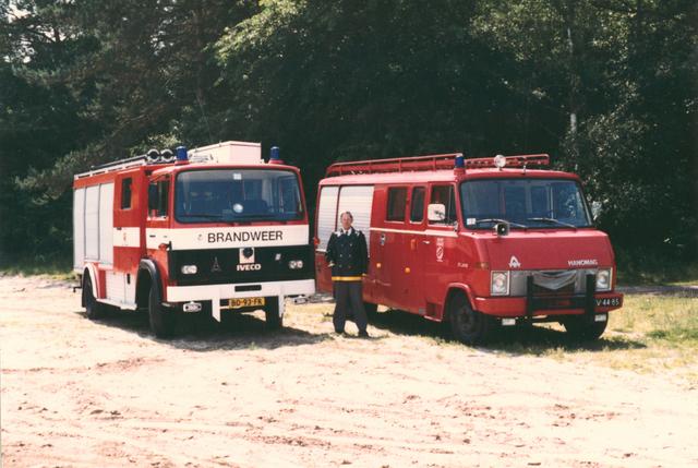 651488 - VOLT, Tilburg.Noord.September 1984. Een nieuwe brandweerwagen, links, waarin vele ideeën van de Voltbrandweer zijn verwerkt. Tussen de nieuwe en de oude wagen in de Hr. Cees Persoons sinds 1980 commandant van de Voltbrandweer.