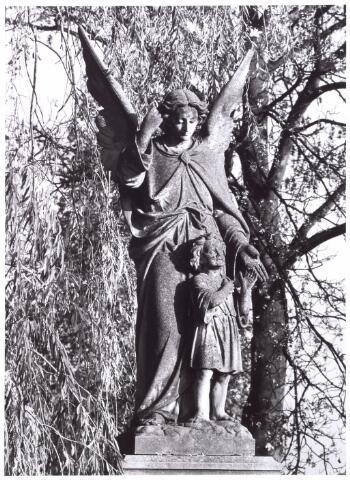 016021 - Beeld van een engel met kind op het kerkhof aan de Bredaseweg. Het staat bij een gedeelte waar kleine kinderen begraven liggen