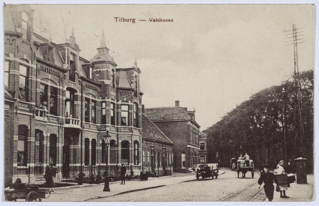 002775 - Westzijde van het Wilhelminapark. Links de in 1907 gebouwde panden Wilhelminapark 37 en 36. Nummer 37 werd gebouwd door wollenstoffenfabrikant Petrus A.M. Swagemakers, geboren te Tilburg op 14 januari 1861 en aldaar overleden op 16 april 1929. Hij trouwde te Tilburg op 28 juli 1891 met Melania A.M. Franken, geboren te Tilburg op 19 april 1866. Zij verliet het pand in 1931. De volgende bewoner was Joannes A.M. Pessers, geboren te Tilburg op 20 september 1902 en aldaar op 28 april 1930 getrouwd met Antonia J.M.C. van Wezel. Tijdens de oorlog werd dit pand bezet door de Duitse Wehrmacht. Daarna werd het tot 1955 weer bewoond door Pessers. Van maart 1956 tot 1961 was in het pand de Cultuurtechnische Dienst van het ministerie van landbouw en visserij gehuisvest. Deze dienst, later Landinrichtingsdienst genaamd, verhuisde in 1961 naar 'Rosengaerde' in de St. Josephstraat. Van 1961 tot 1964 zat in het pand het bedrijf van dr. Frans Dillen 'import en handel in kooktoestellen' en de firma Ambra 'import mij. in gereedschappen'. In de jaren 1963-1974 zat er de bedrijfsvereniging voor de Textielindustrie. Pand 36 werd gebouwd door wollenstoffenfabrikant Joseph M.S.A. Swagemakers, geboren te Tilburg op 26 december 1871 en aldaar gehuwd op 28 november 1899 met Norberta C.M. Mutsaerts, geboren te Tilburg op 24 juni 1869. Het echtpaar verliet het pand in 1934. De volgende bewoner was wollenstoffenfabrikant Arnoldus J.J.M. Franken, geboren te Tilburg op 23 mei 1880 en aldaar op 8 september 1919 getrouwd met Agnes Theresia Keijzer. Franken overleed op 10 mei 1960. Van februari 1961 tot augustus 1972 zat in dit pand het opleidingsinternaat 'Maria ter Engelen'.