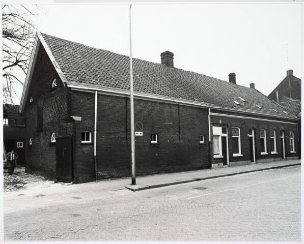 033165 - Deze boerderij, gelegen midden in het centrum van Tilburg, was eigendom van de familie Vermelis. De boerderij is vermoedelijk gebouwd omstreeks 1900. In 1914 werd een Hinderwetvergunning verleend voor het aanbouwen van een machinekamer (voor het malen van graan) en het maken van een melkkamer. De grotendeels uit hout opgetrokken graanschuur die gelegen was achter de boerderij, werd op 9 november 1932 door brand verwoest. Een vergunning voor de bouw van een nieuwe schuur werd echter niet verleend, waarbij het gemeentebestuur zich beriep op de bepalingen in de bouwverordening. Op 24 februari 1933 besloot de gemeenteraad echter om een ontheffing te verlenen, zodat de nieuwe schuur alsnog gebouwd kon worden. Tot 1962 werd op dit bedrijf nog 'geboerd'; het bedrijf werd daarna voortgezet aan de Kommerstraat. In 1977 kwam de boerderij onder de slopershamer