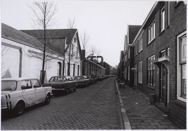 022875 - Textiel. Jan Aartestraat met links de achterzijde van textielfabriek Beka. In het witte gebouw vooraan is het Gemeentearchief, thans Regionaal Archief Tilburg, ondergebracht, alsmede een buurthuis en een peuterspeelzaal