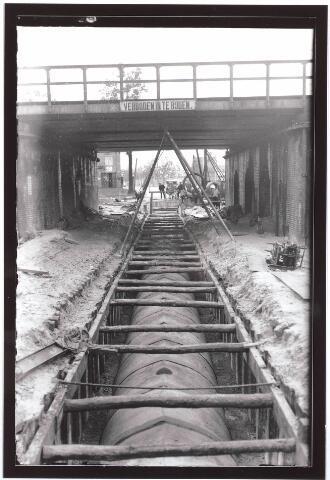 030054 - Aanleg van riolering in de Ringbaan-Oost ter hoogte van het spoorwegviaduct. Links op de achtergrond het Insulindeplein.
