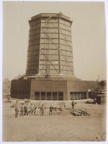 025152 - Houten koeltoren van de gasfabriek aan de Lange Nieuwstraat in 1919