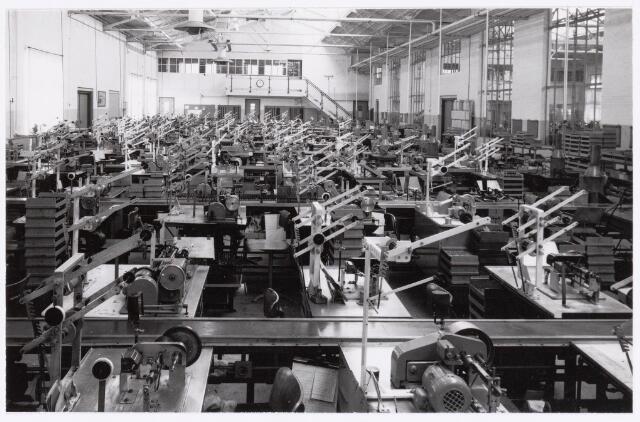 039054 - Volt. Zuid. Productie, Fabricageafdeling  spoelen of correctiemiddelen in de O hallen rond 1960.