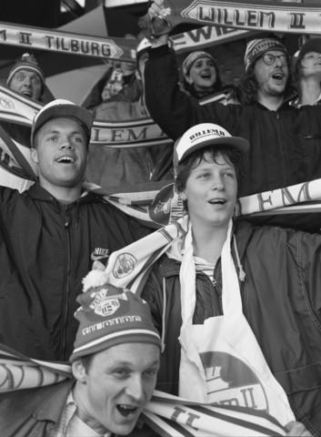 TLB023000954_002 - Earnest Stewart op de tribune met Willem II supporters.