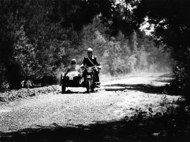 1238_F0235 - Politiesurveillance. Twee agenten in motor met zijspan.