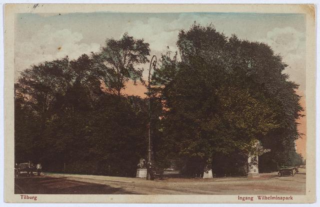 002861 - Ingang Wilhelminapark. Voor de ingang een Jugendstil lantaarnpaal.