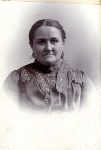 600498 - Adriana Smulders, geboren in 1858 te Oisterwijk en overleden in 1936 te Tilburg. Weduwe van  molenaar Josephus (Jos) Matthijssen. Na het overlijden van haar man Jos Matthijssen werd Adriana de molenaarster van de molen aan de Elzenstraat.