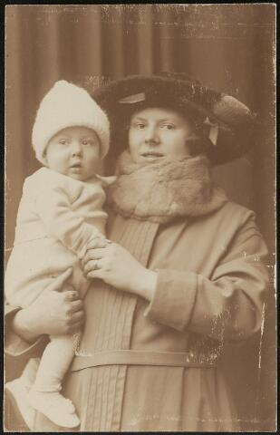 603719 - Lizette Catharina Louisa Swagemakers (Oisterwijk 1900-Tilburg 1900) met (waarschijnlijk) haar oudste zoon en eerstgeborene Joannes A.C.A. Thijs (Tilburg 1922). Lizette was gehuwd met Thomas J.M. Thijs.